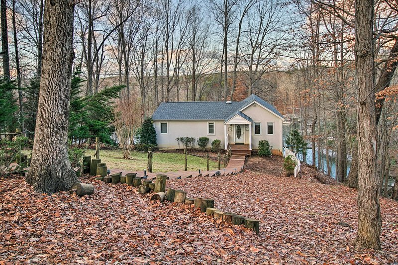 Escape to 'Reel Relaxed,' a lakeside 4-bed, 3-bath Moneta vacation rental home!