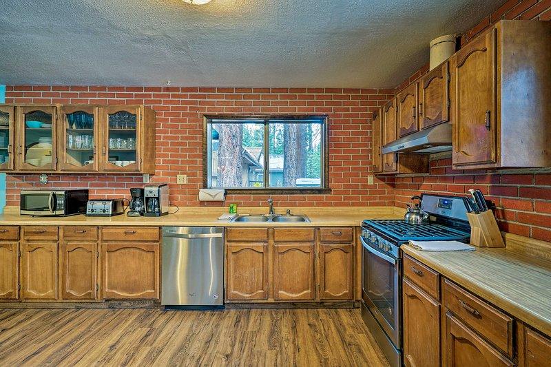 A espaçosa cozinha está totalmente equipada.