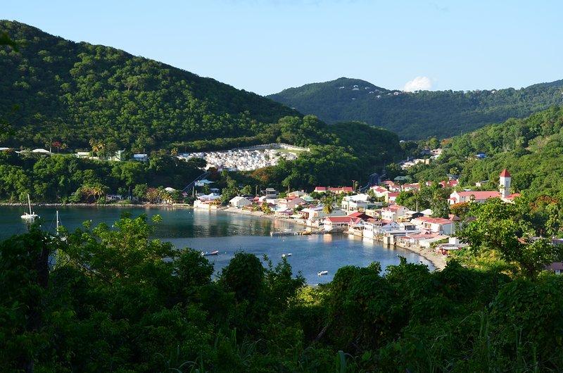 Una vista tomada desde la cima del pueblo de Deshaies