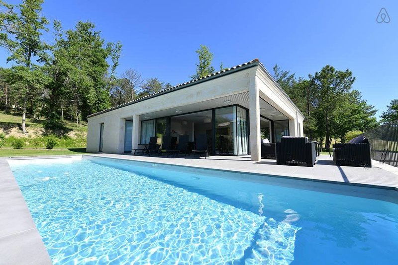 Beautiful 3 bedroom Golf Villa with AC on the wine tourist routes, holiday rental in Belves-De-Castillon