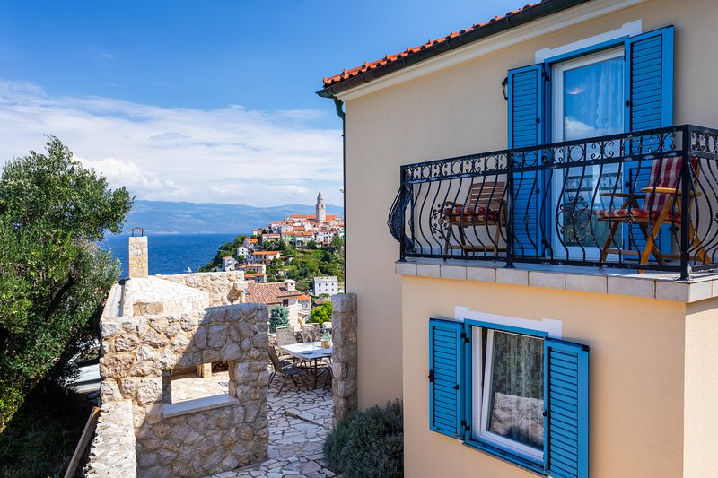 Villa Pinia With Panoramic Seaview, Swimming Pool And Boat In Vrbnik, casa vacanza a Vrbnik