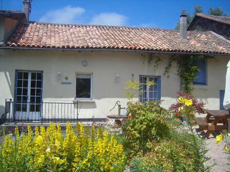 Comfortable House with Private Pool and Large Garden in Peaceful Setting., vacation rental in Pageas