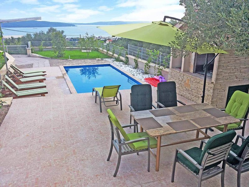 Villa Davorka - luxury, A/C, 2 bedroom villa and pool by the sea BBQ, WiFi, location de vacances à Kastel Sucurac