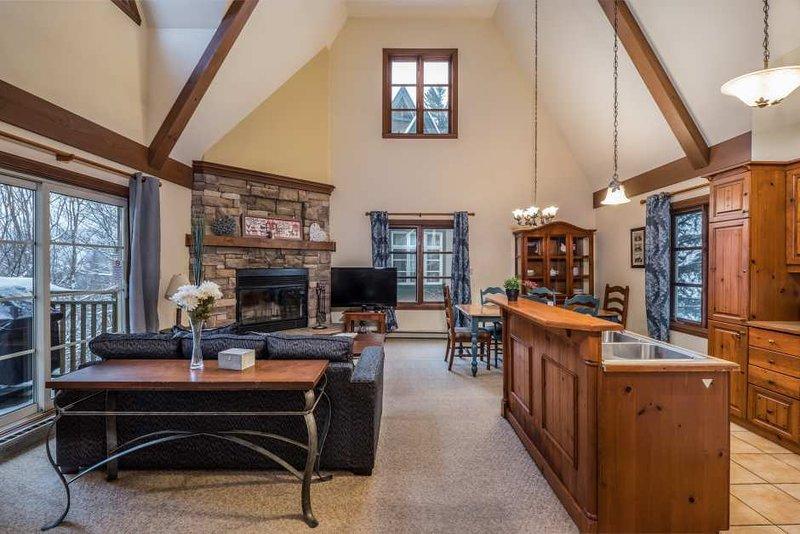 La sala de estar con chimenea de piedra y una decoración preciosa