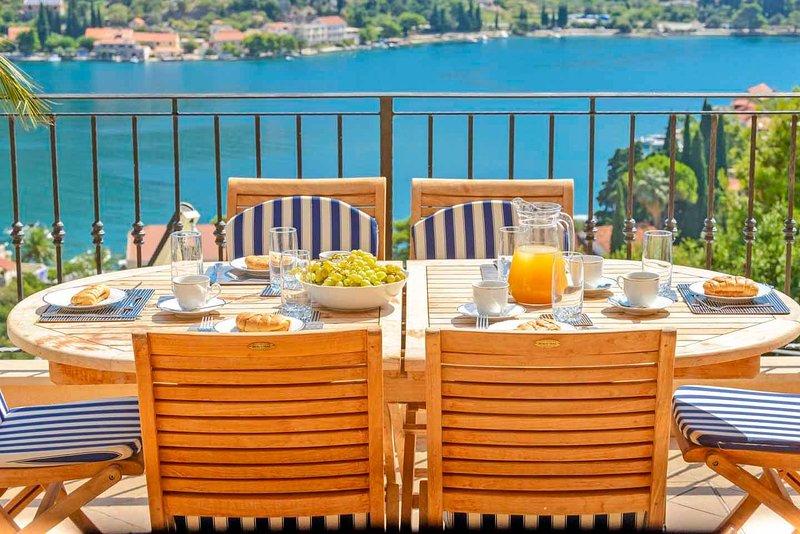 comedor al aire libre con vistas al mar