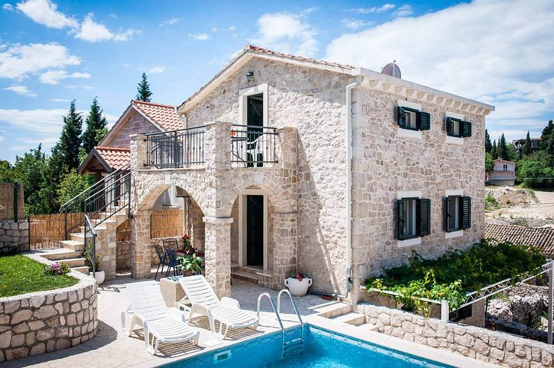 Old Stone Villa, 1.5km from the sea, for 14-20 people with a 2 pools, holiday rental in Duba