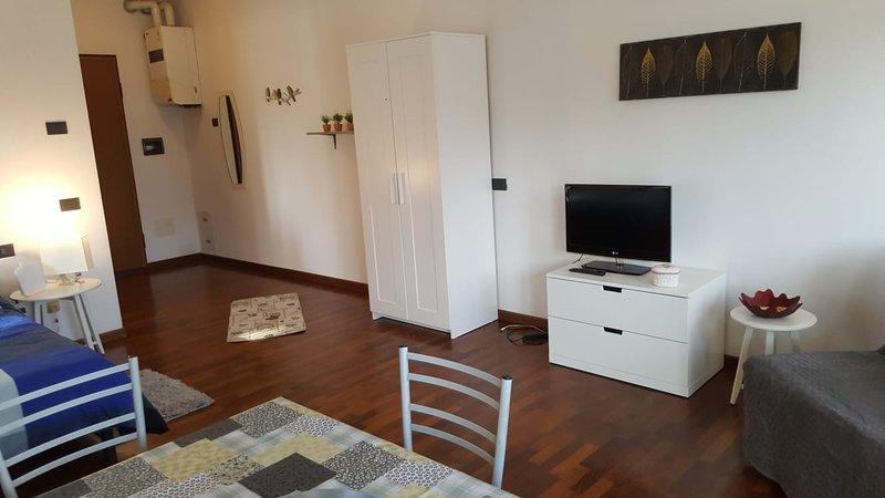 Alle terme- Spazioso monolocale adiacente alle terme di monticelli e nelle vicin, vacation rental in Coloreto
