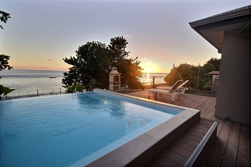 Escale Sainte Philomène, 3 chambres,accès direct mer et piscine à débordement, holiday rental in Le Precheur