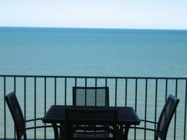 MILLION DOLLAR OCEAN VIEWS GUARANTEED - Gateway to the Reef -Absolute Beachfront, vacation rental in Kewarra Beach