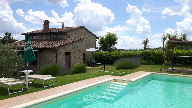 Private villa with pool & Wi-Fi only 3 km to the medieval town of San Gimignano!, holiday rental in Le Piazze