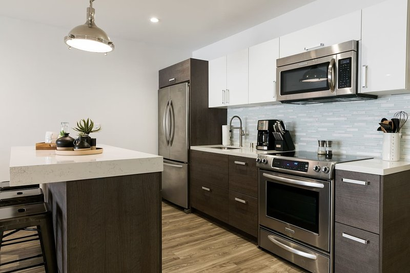 Amazing Spacious 2-BD / 2-Bath Apartment in DTLA, holiday rental in South Gate
