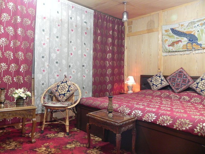 Shabrose Houseboats Room 10'The Finest chain of Houseboats in Kashmir', vakantiewoning in Harwan