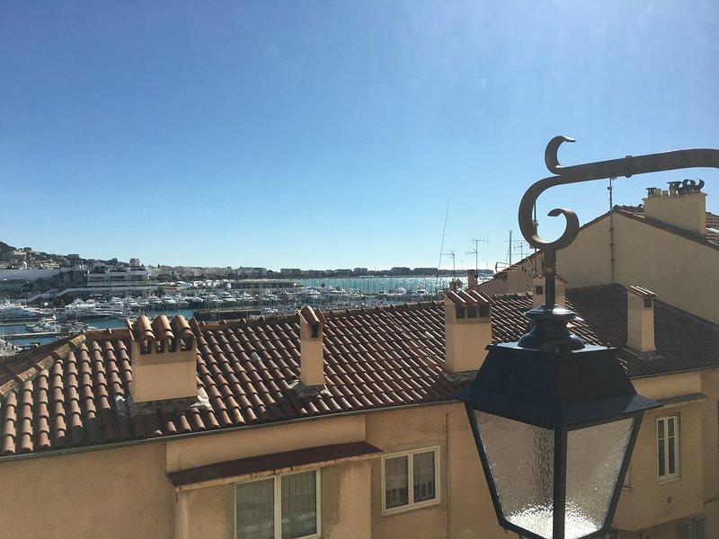 Vista sobre el puerto y hacia el Palacio de Festivales.