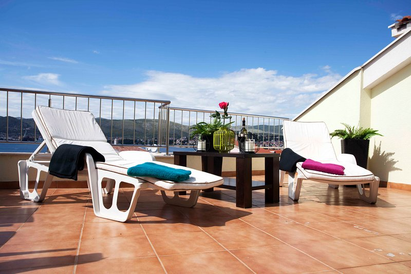 Penthouse Paulina, Top Floor Apartment, Sea View, Large Terrace, vacation rental in Okrug Gornji