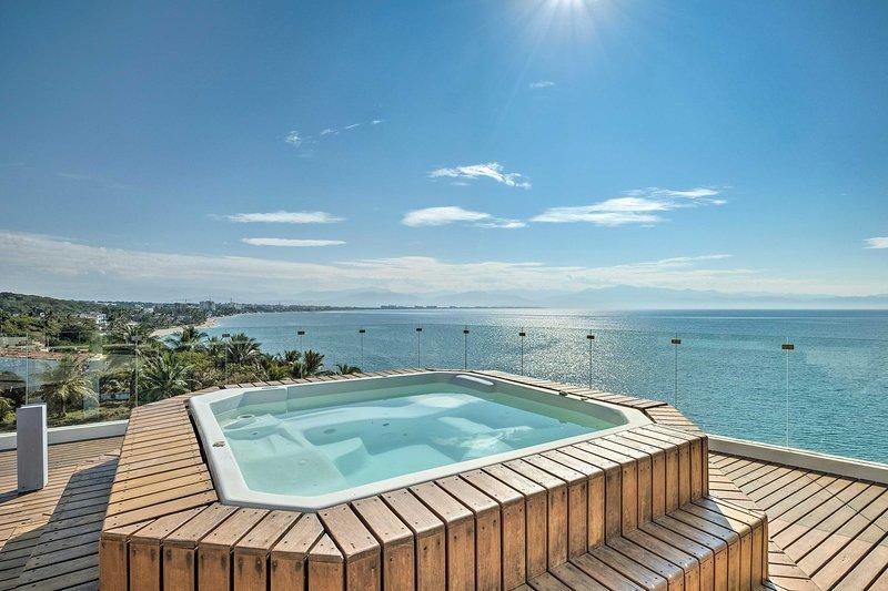Sumérjase en esta bañera de hidromasaje en la azotea mientras contempla las brillantes aguas costeras.