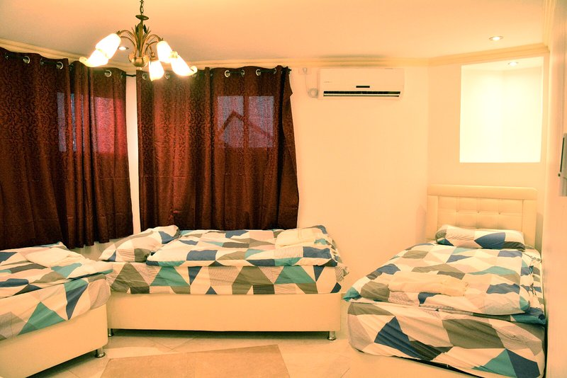 Entire apartment in Orthodox neighborhood, Ferienwohnung in Binyamin Region