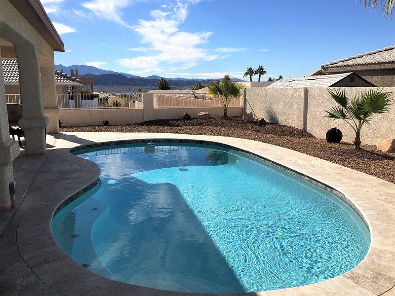 Mooi, schoon zwembad met uitzicht op het meer.