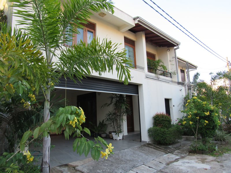 Luxury house with all the modern conveniences located in a very secure location., alquiler vacacional en Ratmalana