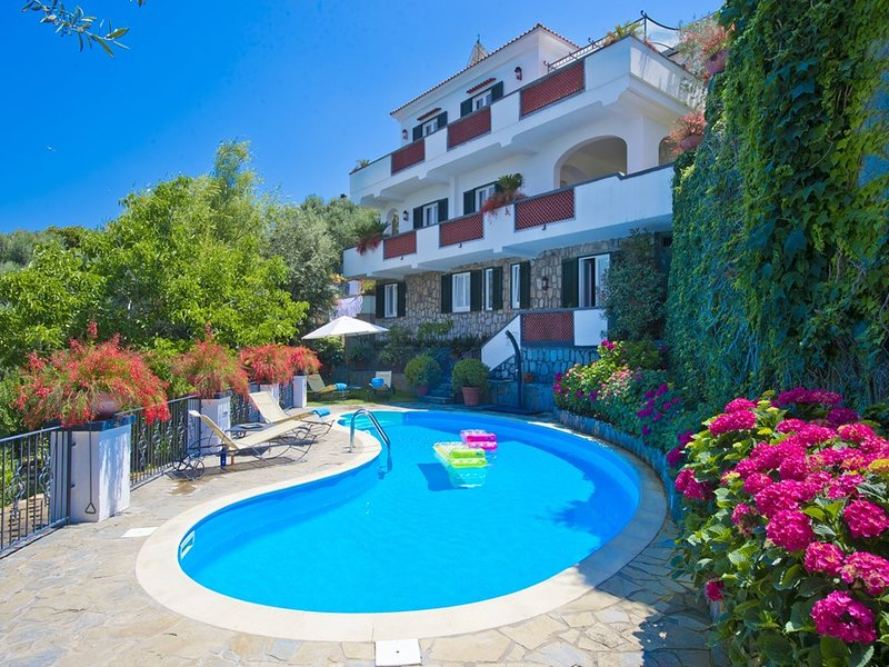 Marina di Puolo Villa Sleeps 10 with Pool Air Con and WiFi - 5737735, vacation rental in Marina di Puolo