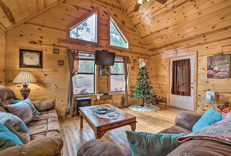 Broken Bow Cabin w/Hot Tub & Fire Pit By Lake, vacation rental in Hochatown