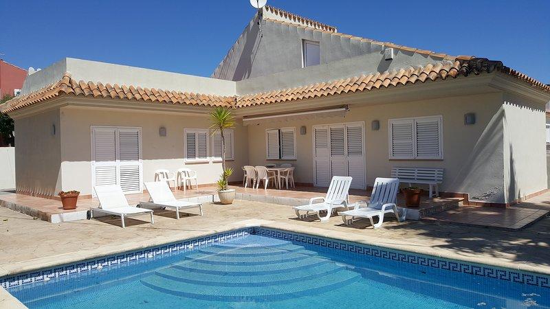 Chalet con piscina privada, aluguéis de temporada em Vinaros