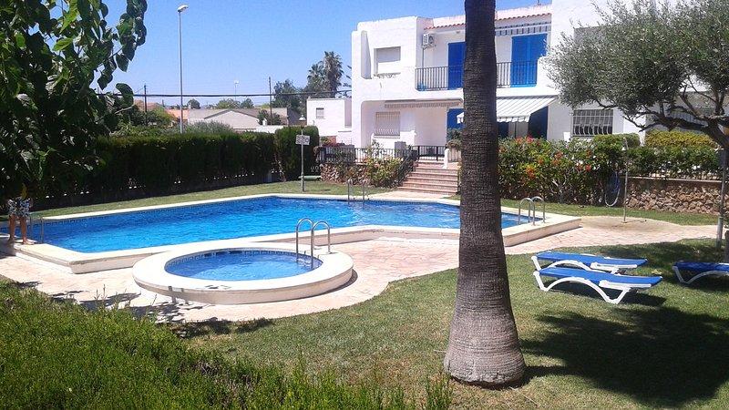 Apartamento con piscina, barbacoa y párking privado, holiday rental in Alcanar