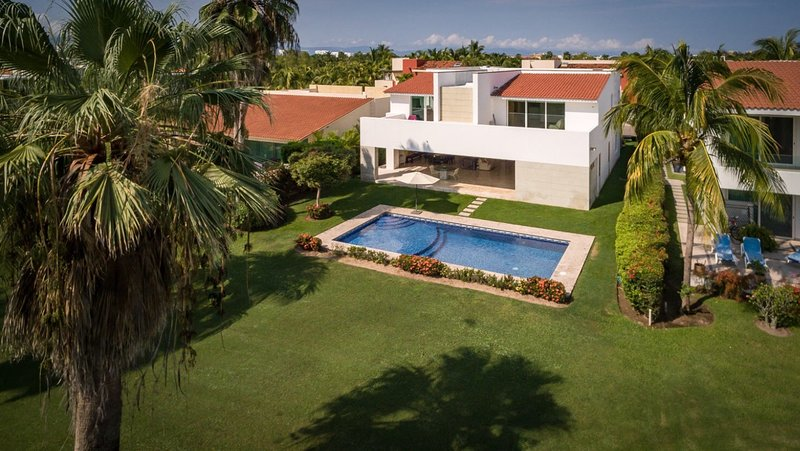 Luxury 5 Bed, 6500 sq ft house in private gated golf/beach community , golf view, alquiler vacacional en Ixtapa