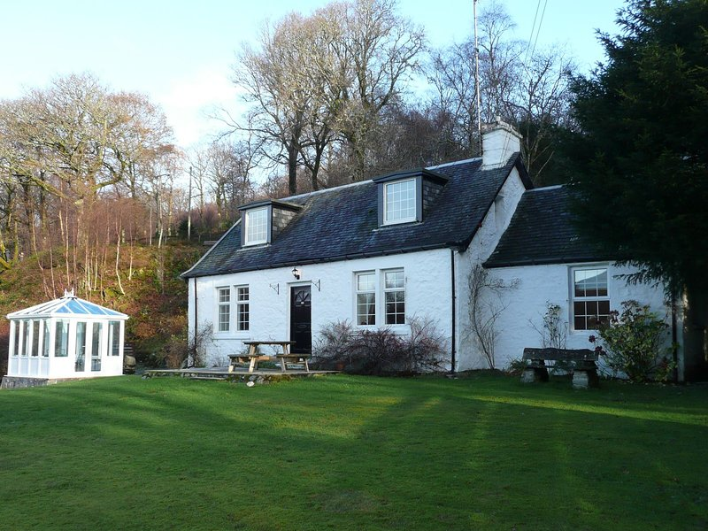 Traditional 1750's cottage on East shore of Loch Lomond, large garden and stream, aluguéis de temporada em Arrochar