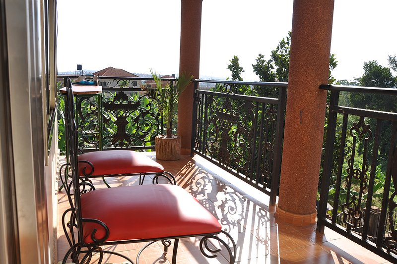 Spacious summit-view apartment in a quiet & serene area., vacation rental in Namugongo