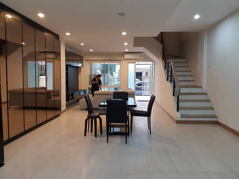 4 storey Townhome for rent - 5 mins walk to skytrain & shopping malls, holiday rental in Bang Bo