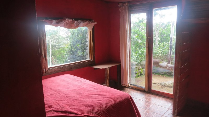 Cozy bedroom in a rustic mountain house located in the cloud forest of Chiriqui, holiday rental in Hornito