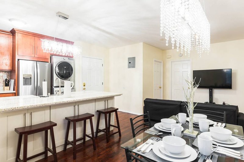 7 Minutes to 2 Subway lines 30 minutes to Manhattan Washer and Dryer Firestick, holiday rental in Ozone Park
