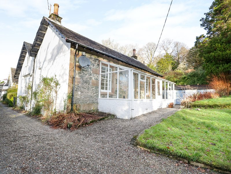ROSEMOUNT COTTAGE, loch views, WiFi, in Helensburgh, holiday rental in Rosneath