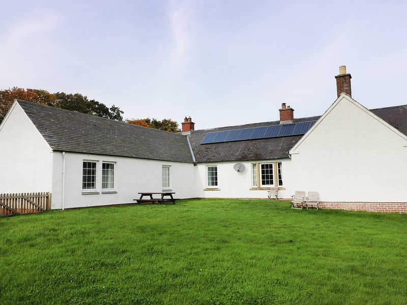 WHITE HOUSE, secluded, ground floor, countryside views, pet-friendly, WiFi, holiday rental in Jedburgh