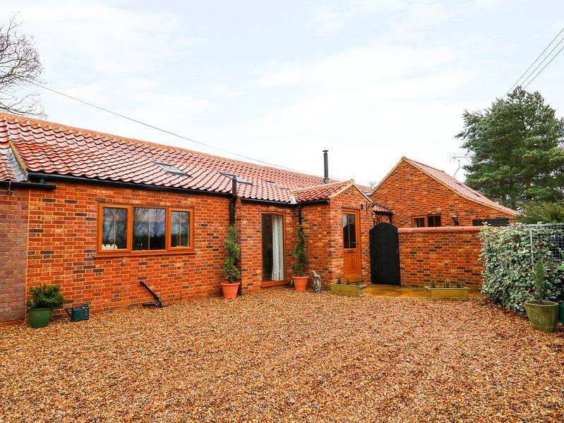 HONEY BUZZARD BARN, converted barn with beams, Fakenham, holiday rental in Kettlestone