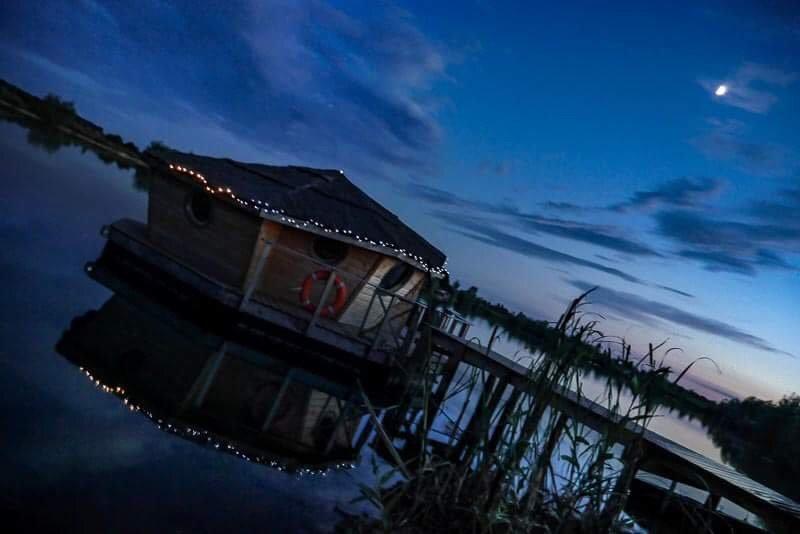 Cabane flottante, vacation rental in Genlis