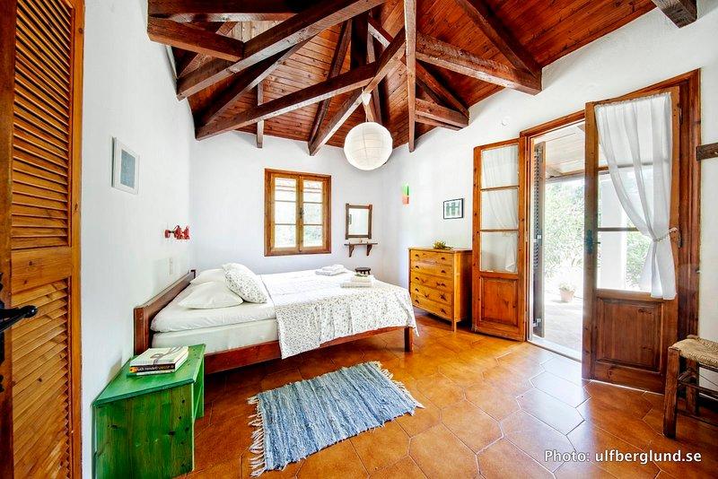Daphnes villas apartment no.6 master bed room materasso 160x200cm