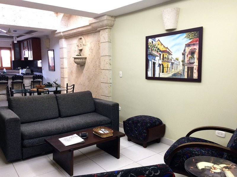 Walled City spacious 2 bedroom apt/walkable everywhere! - quiet AC/hot H20/WiFi, vacation rental in Cartagena