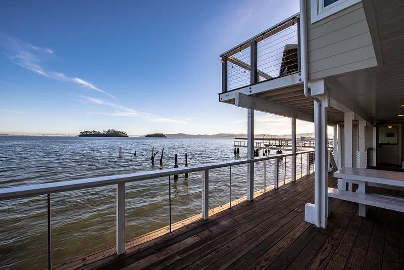 SPECTACULAR WATERFRONT BAYHOUSE, vacation rental in Novato