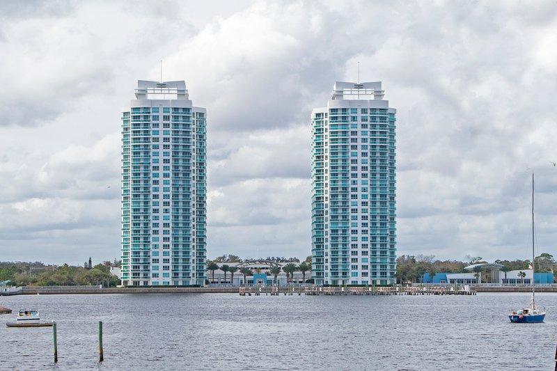 Dayton Beach Furnished Luxury  3BRM / 3BAT CONDO NARSCAR Security with parking, aluguéis de temporada em Daytona Beach