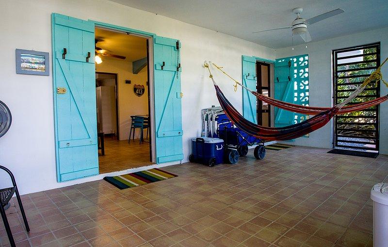 ¡Entra en la marquesina con brisa o en el porche delantero al entrar en la casa de surf!