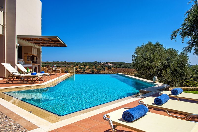 Margarita's Villa I - On quiet hill slope close to sandy beaches & Chania town, location de vacances à Theriso