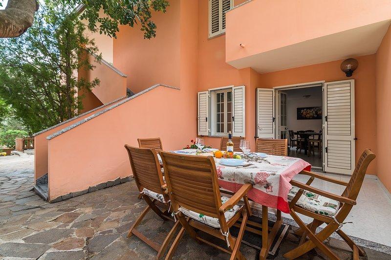 VILLA GERANI: ampia villa in posizione riservata, 10 persone, alquiler de vacaciones en Cala Gonone