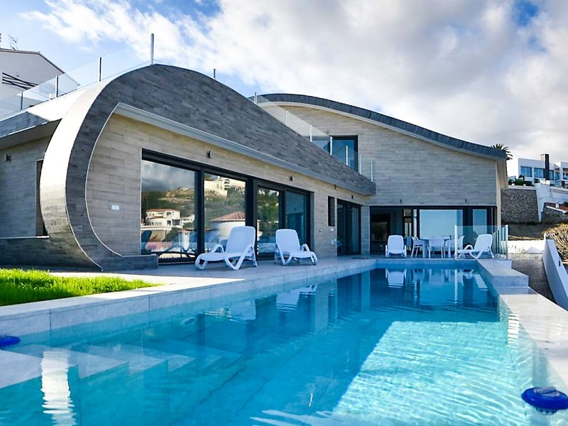Modern luxury villa with 4 bedrooms, sea views and heated infinity pool, vacation rental in Salobrena