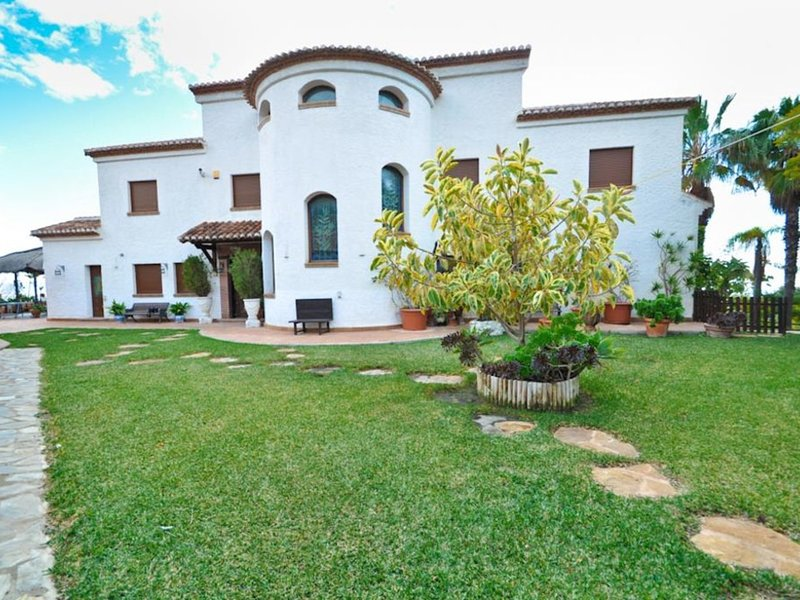 Luxury villa with big private pool, jacuzzi, gas barbecue and huge garden, vacation rental in Salobrena