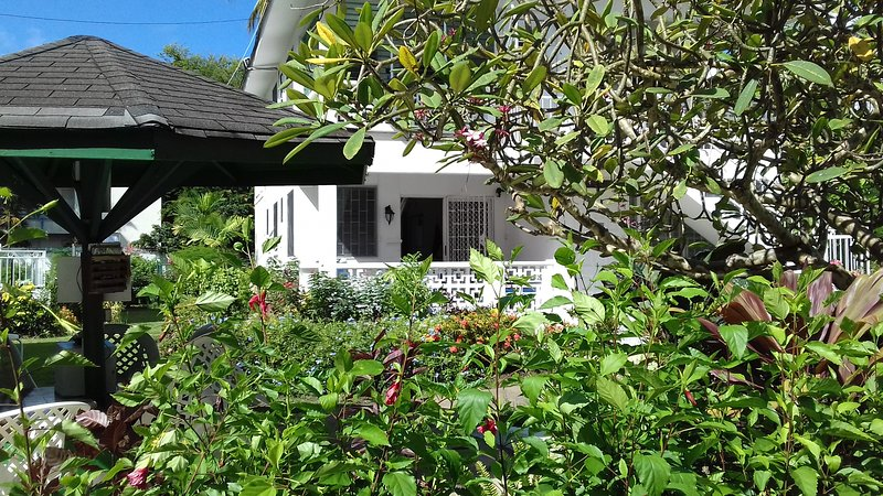 .Art Studio enjoys prime position on the platinium west coast of Barbados, holiday rental in Trents