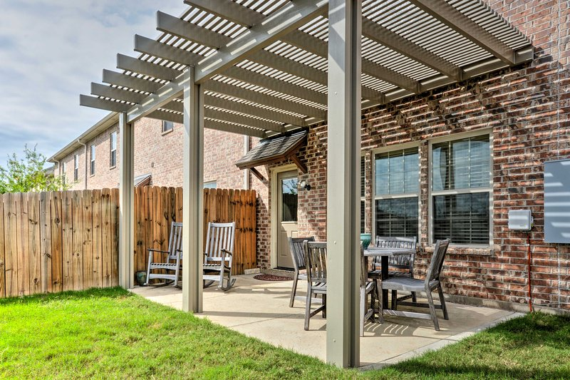 College Station Townhouse w/ Patio & Pool Access!, vacation rental in College Station