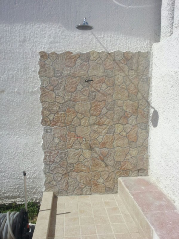Área de ducha solarium al aire libre - Villa Manfria