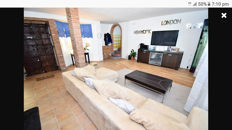 Beautiful 3bed house and 4 one bedroom apartment sleeps 20+ with pool ,Jacuzzi!, holiday rental in Benalmadena