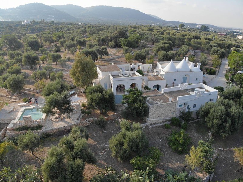 Borgo Fianco a Fianco - A charming Trullo Property set in organic olive fields, location de vacances à Laureto